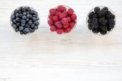 Взгляд сверху, шары содержа ягоды: голубики, ежевики, поленики dieting еда здоровая Сверху, надземный стоковые фотографии rf