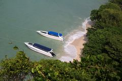 Взгляд сверху шлюпок, пляжа и острова скорости Стоковое Изображение