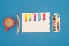Взгляд сверху эскиза смешанных красок и красок акварели на a Стоковое Фото
