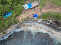 Взгляд сверху Billabong красивого ангела Остров Nusa Penida, Индонезия стоковые изображения rf