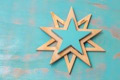 Взгляд сверху handmade деревянных звезд на деревенской зеленой предпосылке с космосом экземпляра Стоковое Фото