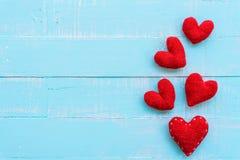 Взгляд сверху handmade розового и красного сердца Стоковые Фото