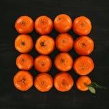 взгляд сверху tangerines аранжировало в квадрате на черноте стоковая фотография rf