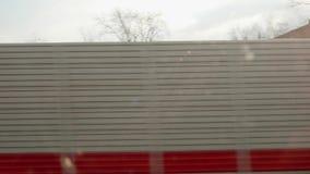 Взгляд серой и красной загородки Взгляд из окна двигая поезда Загородка звукоизоляции акции видеоматериалы