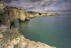 Взгляд скалы над океаном во время пасмурного стоковая фотография