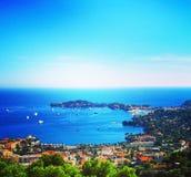 Взгляд славного, Villefranche-sur-Mer, крышка-Ferrat накидки на яркий солнечный день ` Azur Коута d, французская ривьера, Франция стоковая фотография rf