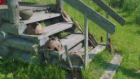 Взгляд сломленных шлемов на лестницах старой покинутой часовни сток-видео