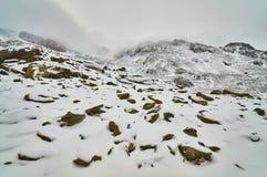 Взгляд снег-покрытых гор около ледника Vinciguerra Патагония Аргентины в осени стоковое фото rf