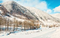 Взгляд снежных гор Альп в утре зимы солнечном, бренде, Bludenz, Форарльберге, Австрии тонизированное изображение стоковое изображение