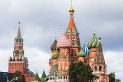 Взгляд собора базилика Святого и башни Spasskaya Стоковое Изображение RF