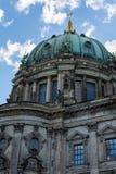 Взгляд собора Берлина от оживления реки стоковое фото rf