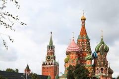 Взгляд собора и башни Spasskaya в Москве Стоковые Фото