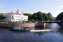 Взгляд собора St Nicholas военноморского через канал Санкт-Петербург, Стоковое Фото