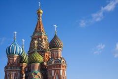 Взгляд собора Vasily благословлять, обыкновенно известного как собор базилика Святого, церковь в красной площади в Москве, также стоковое фото