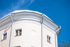 Взгляд современного комплекса жилого дома на предпосылке голубого неба Стоковое Фото