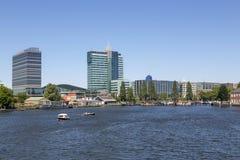 Взгляд современных зданий на обваловке ` s Амстердама Стоковые Фото