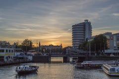 Взгляд современных зданий на обваловке ` s Амстердама Стоковое Фото