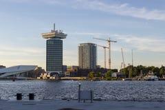 Взгляд современных зданий на обваловке ` s Амстердама Стоковая Фотография RF