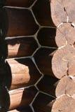 Взгляд соединения большого вносит дальше старый деревянный дом в журнал стоковое изображение rf