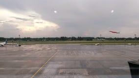 Взгляд со стороны авиалайнера принимая  видеоматериал