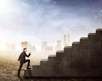Взгляд со стороны азиатского бизнесмена идя вверх по лестницам Стоковое Изображение RF