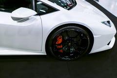 Взгляд со стороны белого роскошного sportcar Lamborghini Huracan LP 610-4 Детали экстерьера автомобиля Стоковые Изображения