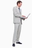 Взгляд со стороны бизнесмена работая на его компьтер-книжке Стоковое Фото