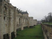 Взгляд со стороны глубокого рова на замке de Винсенс в Париже стоковые фотографии rf