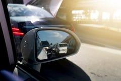 Взгляд со стороны зеркала автомобиля стоковые изображения rf