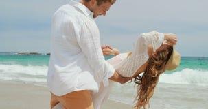 Взгляд со стороны кавказских старших танцев пар совместно на пляже 4k видеоматериал
