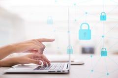 Выберите безопасность значка на виртуальном дисплее Взгляд со стороны клавиатуры женской руки печатая стоковые фотографии rf