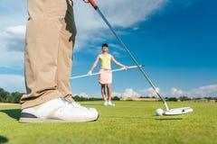 Взгляд со стороны конца-вверх ног мужского игрока профессионального гольфа стоковые изображения