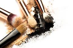 Взгляд со стороны конца-вверх профессиональной щетки макияжа с естественной щетинкой и черного ferrule с, который разбили тенями  стоковые изображения