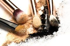 Взгляд со стороны конца-вверх профессиональной щетки макияжа с естественной щетинкой и черного ferrule с, который разбили тенями  стоковые изображения rf