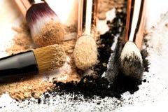 Взгляд со стороны конца-вверх профессиональной щетки макияжа с естественной щетинкой и черного ferrule с, который разбили тенями  стоковые фото