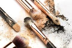 Взгляд со стороны конца-вверх профессиональной щетки макияжа с естественной щетинкой и черного ferrule с, который разбили тенями  стоковое изображение rf