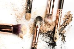 Взгляд со стороны конца-вверх профессиональной щетки макияжа с естественной щетинкой и черного ferrule с, который разбили тенями  стоковая фотография