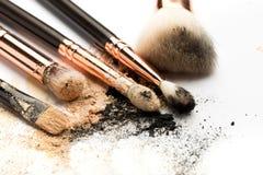 Взгляд со стороны конца-вверх профессиональной щетки макияжа с естественной щетинкой и черного ferrule с, который разбили тенями  стоковая фотография rf