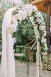 Взгляд со стороны конца-вверх свода свадьбы с белыми цветками Стоковое фото RF