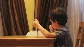 ВЗГЛЯД СО СТОРОНЫ: Милый маленький ребенок использует ПК таблетки на таблице дома Вскользь одежды - широкая съемка видеоматериал