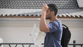 Взгляд со стороны молодого туриста идя с картой в улице Москвы видеоматериал