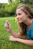 Взгляд со стороны молодой женщины лежа на траве Стоковая Фотография RF