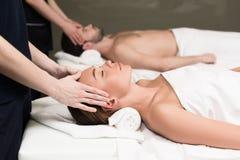взгляд со стороны молодых пар имея массаж в курорте Стоковое Изображение RF
