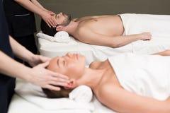 взгляд со стороны молодых пар имея массаж совместно Стоковое Фото