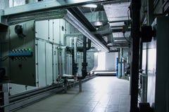 Взгляд со стороны огромного серого промышленного воздуха регулируя блок в комнате завода вентиляции стоковая фотография rf