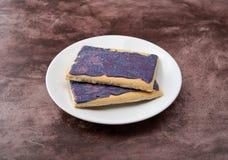 Взгляд со стороны печениь тостера вкуса ягоды на белом блюде стоковые фото