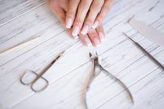 Новый маникюр Взгляд со стороны процесса маникюра в салоне Профессиональный manicurist снабжает обслуживание клиент стоковые фото