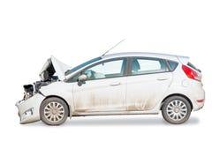 Взгляд со стороны сломленного автомобиля после аварии изолирован на whi Стоковые Фотографии RF