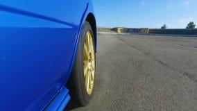 Взгляд со стороны спортивной машины во время гонок на скоростной дороге, турнира скорости motorsport сток-видео