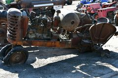 Взгляд со стороны старого получившегося отказ ржавого аграрного трактора стоковое фото